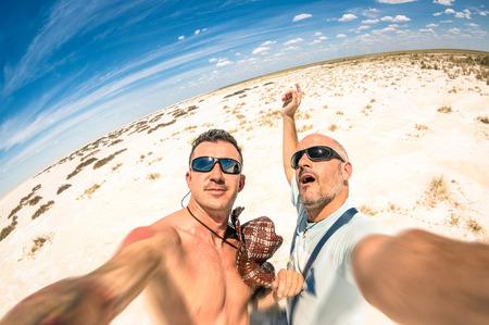 Hipster migliori amici di prendere una Selfie al parco nazionale di Etosha in Namibia - Avventura lifestyle viaggio godendo momento e condividere la felicità - viaggio insieme in tutto il mondo come stile di vita alternativo