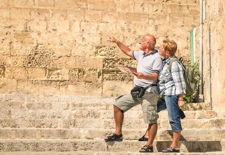 mujeres mayores: Feliz pareja senior de explorar el casco antiguo de La Valeta con mapa de la ciudad - Concepto de ancianos activos y viajes estilo de vida sin limitaci�n de edad - Viaje a Europa maravillas mediterr�neas