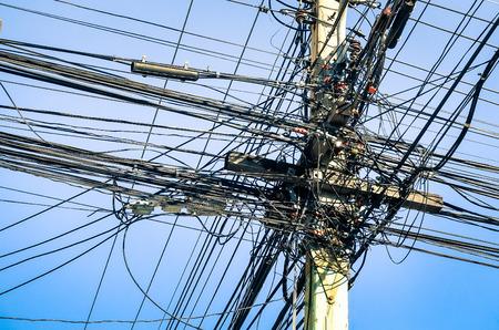 electricidad: Cables el�ctricos Sucias en Tailandia - tecnolog�a de fibra �ptica al aire libre al aire libre descubiertos en ciudades asi�ticas Foto de archivo