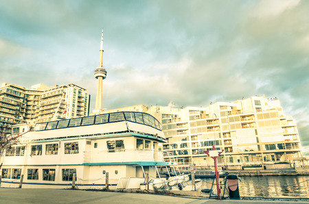 continente americano: El centro de Toronto y el horizonte desde el ingenio frente al mar puerto del barco de vela tradicional - World famosa ciudad de Canad� en la parte norte del continente americano