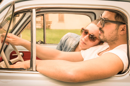 amour couple: Couple amoureux ayant un repos pendant lune de miel voyage en voiture vintage - Hipster mode de vie � voyager autour du monde avec voiture classique - jeunes profitant des moments heureux de la vie - r�tro regard filtr� chaud