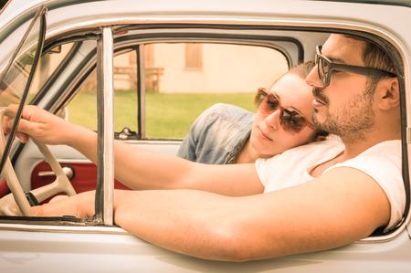 pareja durmiendo: Pareja en el amor con un descanso durante la luna de miel viaje de coches de �poca - Hipster estilo de vida viajando por el mundo con coches cl�sicos - Los j�venes que disfrutan de momentos felices de la vida - Warm retro filtrada vistazo