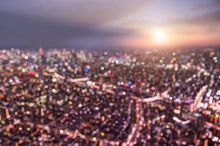 上から夕日と青の時間 - 壮大な夜景パノラマ - ぼやけた多重夜ライト バイオレット マルサラ フィルターと日本の世界有名な首都東京のスカイライ 写真素材