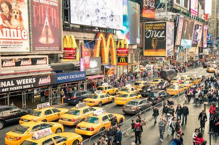 뉴욕 - 2014 년 12 월 22 일 : 뉴욕 맨해튼의 타임 스퀘어에있는 Mc Donalds 앞에서 택시와 교통 정체. 타임 스퀘어는 세계 중 하나입니다.