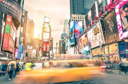 cuadrado: NUEVA YORK - 22 de diciembre 2014: borrosa taxi amarillo y apresure la congesti�n horas en Times Square en Manhattan, uno de los atractivos tur�sticos m�s visitados del mundo. Vendimia caliente filtrada edici�n.