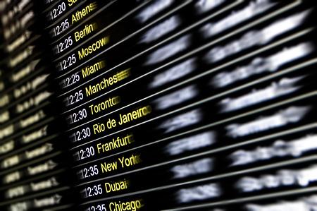 출발 및 도착 터미널 게이트 - 전세계 독점 목적지와 여행 라이프 스타일의 개념 - 세계 비행 연결 및 도시와의 국제 공항에서 흐리게 defocused 표시 디지