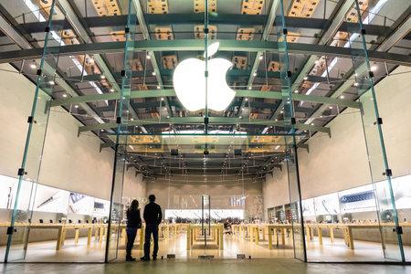manzanas: LOS ANGELES - 21 de marzo de 2015: tienda de Apple en la 3rd Street Promenade en Santa M�nica CA Estados Unidos. La cadena de tiendas de propiedad y operado por Apple Inc est� tratando con computadoras y equipos electr�nicos en todo el mundo.