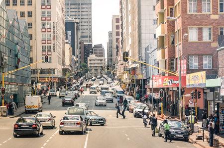 JOHANNESBURG, ZUID-AFRIKA - 13 november 2014: de spits en file op Von Wiellig Street bij het kruispunt met Comminsioner St in het drukke en moderne multiraciale hoofdstad van Zuid-Afrika. Redactioneel