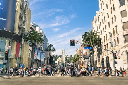 LOS ANGELES - 21 de marzo 2015: La calle llena de gente caminando multirraciales en Hollywood Boulevard el famoso Paseo de la Fama creado en 1958 como un homenaje a los artistas que trabajan en la industria del cine.