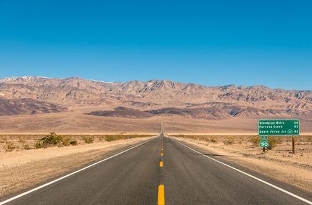 desierto: Valle de la Muerte en California - camino infinito vac�o en el desierto