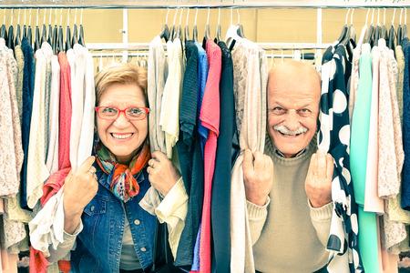 is playful: Matrimonios de edad juguetona en débilmente mercado de pulgas - Concepto de activo mayor con hombre maduro y una mujer que se divierten y las compras en el casco antiguo - Momentos felices de jubilación en una mirada nostálgica época cálida