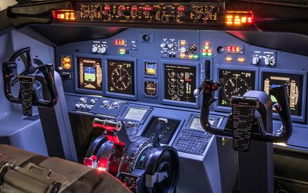 집에서 만든 비행 시뮬레이터 조종석의 측면보기 - 항공 우주 산업 발전의 개념 - 항공 학습 조종사 시뮬레이션 학교 비행 - 모든 조명을 준비에 이륙