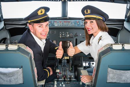 飛行シミュレータで若いパイロット