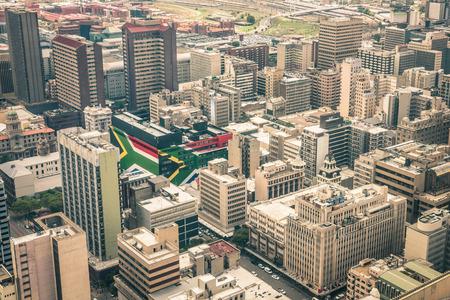 Close-up detail van de wolkenkrabbers van het zakelijke district van Johannesburg - Luchtfoto van de moderne gebouwen van de skyline in Zuid-Afrika de grootste stad met southafrican vlag geschilderd op structuur muren