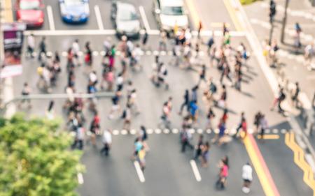 Wazig onscherpe achtergrond van mensen lopen op straat in Orchard Road in Singapore Crowded centrum van de stad tijdens het spitsuur in stedelijke zakenwijk zebrapad Uitzicht vanaf de bouw van de top Stockfoto