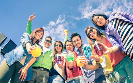 jovenes tomando alcohol: Grupo de amigos felices que se divierten juntos en la cena al aire libre pre cóctel - concepto de Amistad con chicos y chicas de las vacaciones de primavera animando para próximo verano - Vintage mirada filtrada saturada