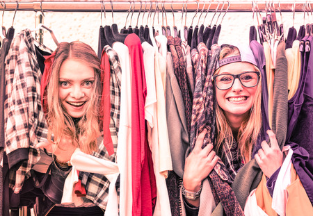 chicas de compras: Las mujeres jóvenes en ropa inconformista del mercado de pulgas de los mejores amigos que comparten tiempo de la diversión de compras por las novias urbanos de la ciudad disfrutando de momentos de la vida feliz foco suave en color rosa de la vendimia marsala filtrada vistazo