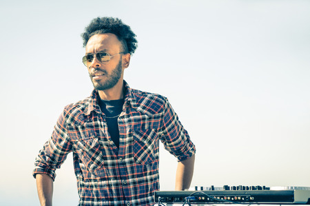 gafas de sol: Afro artista Modelo americano listo para realizar en la consola de DJ durante la primavera festival de ruptura Foto de archivo