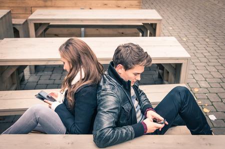 Paar in einer modernen gemeinsamen Phase der gegenseitigen Desinteresse und Traurigkeit - Begriff der Gleichgültigkeit zur Entfremdung fron neuen Technologien verbunden sind - Ende einer Liebesgeschichte Standard-Bild