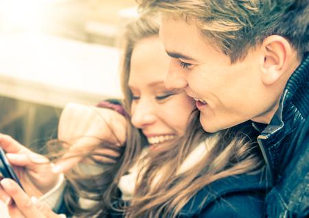 oler: Pareja en el amor que se divierten con un Smartphone Foto de archivo