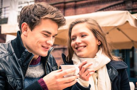 젊은 부부 사랑스러운 커피 한 잔을 즐기는 스톡 콘텐츠