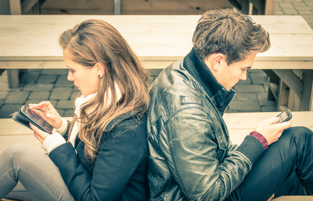 mujer enamorada: Pareja en una fase común moderna de desinterés mutuo y la tristeza - Concepto de apatía conectado a la alienación del fron nuevas tecnologías - Fin de una historia de amor Foto de archivo