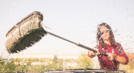 洗車ステーション - ビュー内の女性