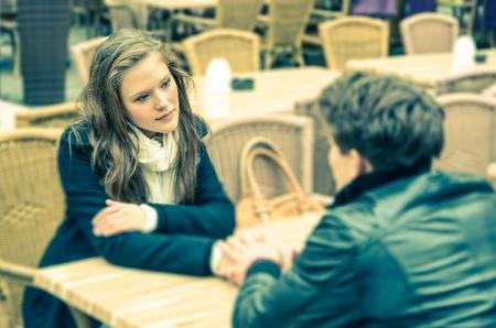dialogo: Pareja en un profundo momento de una confesión