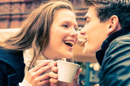 hombre tomando cafe: Pareja joven hermosa que disfruta de una taza de café