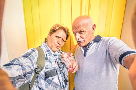 vida sana: Feliz pareja mayor que toma una selfie mientras se come un granizado aplastado helado - Concepto de juventud activa ancianos y la interacción con las nuevas tecnologías y tendencias Foto de archivo