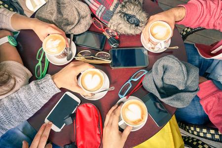中毒の男性と女性 - 柔らかいビンテージ フィルター コーヒー バー レストラン - 上の視点でスマート フォンを持つ人々 手 - 技術概念でカプチーノ