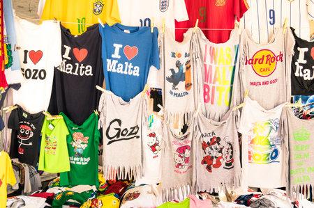 世界有名な地中海の島 - マーチャンダイジング一般的な広告で世界的な企業やローカルの場所からロゴ t シャツの首都でラ バレッタ, マルタ - 2014 年 報道画像