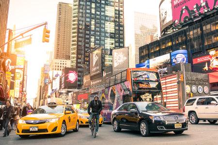 NEW YORK - 3 월 (25) : 2015 - 43 번가와 7 번가의 교차로 - 따뜻한 여과 편집 노란색 택시와 맨하탄 타임스 스퀘어 (Times Square)에서 시간의 혼잡을 돌진 시내 일