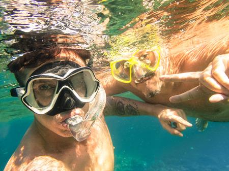 migliori amici avventurosi che assumono selfie lo snorkeling subacqueo - stile di vita Viaggi avventura godendo felice divertirsi momento - viaggio insieme intorno Filippine si chiede - Soft focus a causa di densità dell'acqua photo