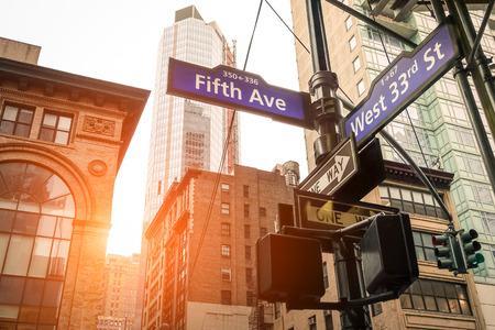 Straat teken van vijfde weg en west 33ste st bij zonsondergang in New York City Stockfoto
