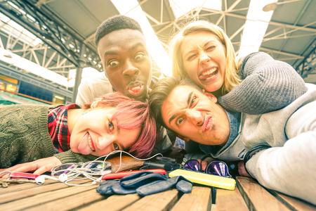 Mejores amigos tomando autofoto en interiores con iluminación trasera Foto de archivo