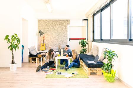 Groupe de jeunes travailleurs sociaux ayant une pause dans le bureau de démarrage - concept d'affaires des ressources humaines et de plaisir sur le temps de travail - Démarrage entrepreneurs jouant jeu en bois - filtre cru lumineux Banque d'images