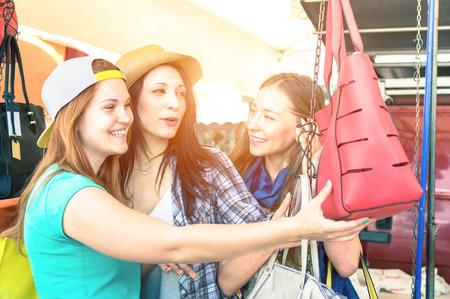Jonge mooie vrouwen vriendinnen op vlooienmarkt op zoek naar mode tassen - Beste vrouwelijke vrienden plezier en winkelen in de oude stad - Vivid kruis verwerkt kleurtinten met verbeterde zon aureool