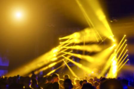レーザーの多重の背景を持つ抽象的なボケ表示モダン ディスコ パーティー ナイト クラブで動力を与えられた着色されたハローと鮮やかな黄色のラ 写真素材