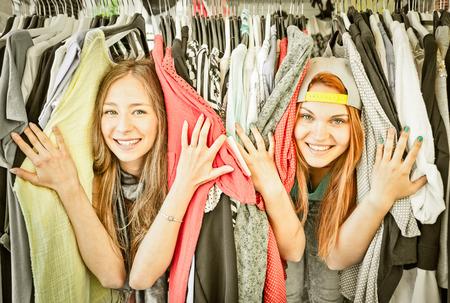 Młode piękne kobiety na pchlim targu - Girls najlepsi przyjaciele dzielą wolny czas zabawy i zakupów razem - Girlfriends korzystających codzienne chwile życia - Vintage przefiltrowaną wygląd z miękkiego winietowanie