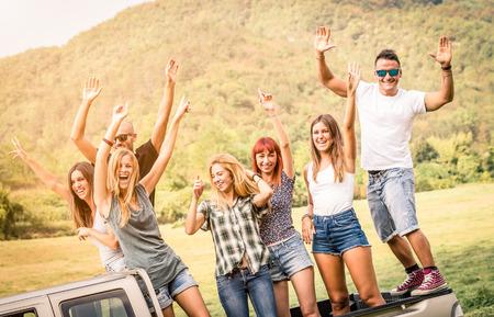 camioneta pick up: Grupo de amigos felices que se divierten en la fiesta de campo montar en recoger camión coche - Concepto de la amistad con los jóvenes compartiendo tiempo juntos en la casa de campo de picnic - filtro verde desaturado caliente suave Foto de archivo
