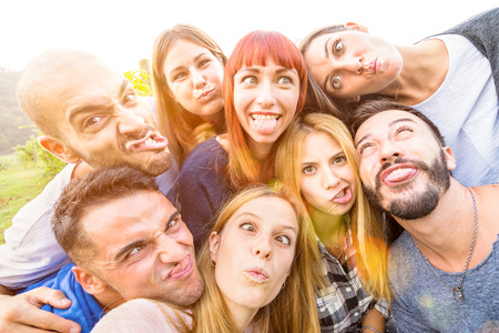 Migliori amici che assumono selfie esterna con illuminazione posteriore - concetto di Gioventù felice con i giovani divertirsi insieme - Cheer e di amicizia al picnic - filtro vivido caldo con particolare attenzione alla donna rossa