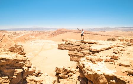 """Uomo solo con i tatuaggi escursioni sulla formazione rocciosa a """"Valle della Luna"""" nel famoso deserto di Atacama in Cile - viaggio avventura in Sud america latina natura meraviglia - Shooting fotografia di viaggio photo"""