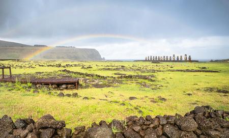 Arco iris doble en la vista panorámica del sitio arqueológico Ahu Tongariki moai en la mundialmente famosa Rapa Nui (Isla de Pascua) en Chile - Concepto de pasión por los viajes de viaje - Filtro vivo en el espectacular cielo nublado