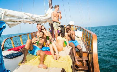 voilier ancien: amis multiraciales Happy boire de la bière et se amuser au tour du parti de bateau à voile - le concept d'amitié avec les jeunes raciales multiples grillage ensemble sur voilier - Voyage style de vie emplacement exclusif