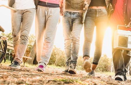 Beine Ansicht von Freunden im City-Bike-Park mit Hintergrundbeleuchtung und sunflare Halo zu Fuß - Freundschaft Konzept mit multiracial Spaß der jungen Menschen zusammen - Soft verschwommen Bewegung mit geringer Tiefenschärfe Standard-Bild - 69051016