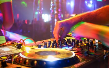 Primo piano di dj suonando musica festa moderno lettore cd usb in discoteca - La vita notturna e divertimento concetto - sfondo sfocato con profondità di campo e concentrarsi sui pulsanti vicino a mano miscelazione Archivio Fotografico - 69470823