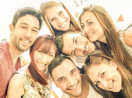 při pohledu na fotoaparát: Šťastné nejlepší přátelé, kteří se selfie venku s jarním období podsvícením - přátelství a štěstí koncept s mladí lidé baví se spolu - Warm vintage filtr s jasném slunci barevných tónů