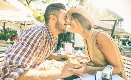Coppia in amore baciare al bar a mangiare delicacie locale in gita turistica - Giovani turisti felici godendo momento in strada ristorante cibo - concetto di relazione con gli amanti alla prima data - Filtro caldo Archivio Fotografico - 72772986