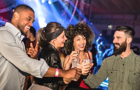 Multirassische junge Freunde, die im Nachtclub tanzen - Glückliche Leute, die verrückten Spaß im Nachtclub nach der Party haben - Nachtleben betrunkenes Konzept mit Afterparty Jungs und Mädchen feiern auf Konzertfestival Veranstaltung Standard-Bild - 78796590